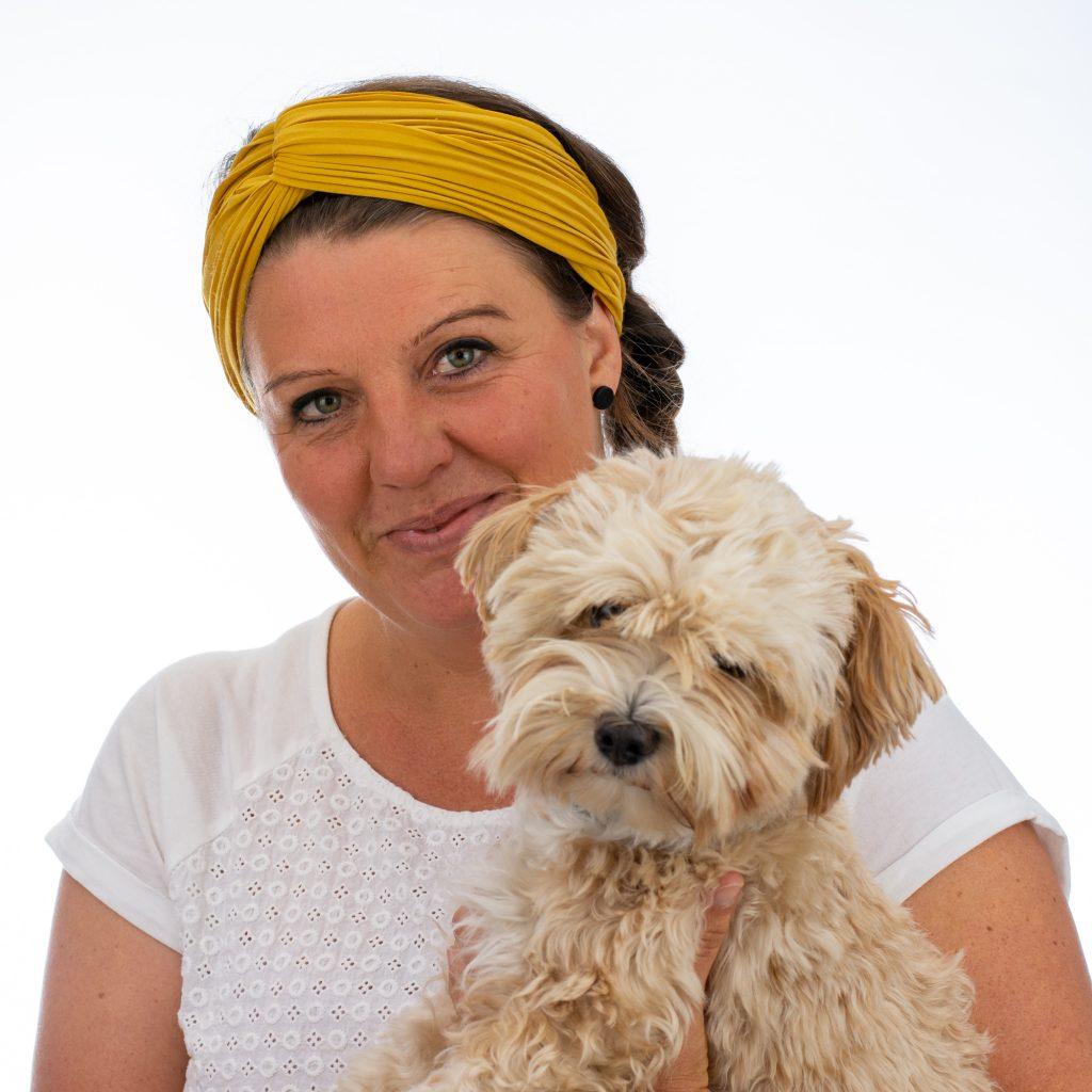 Sonja Wöhrle (stellvertretende Einrichtungsleitung, Erzieherin Rabengruppe, Ausbildung zum Einsatzteam für tiergestützte Intervention) mit Therapie-/Begleithündin Hanni